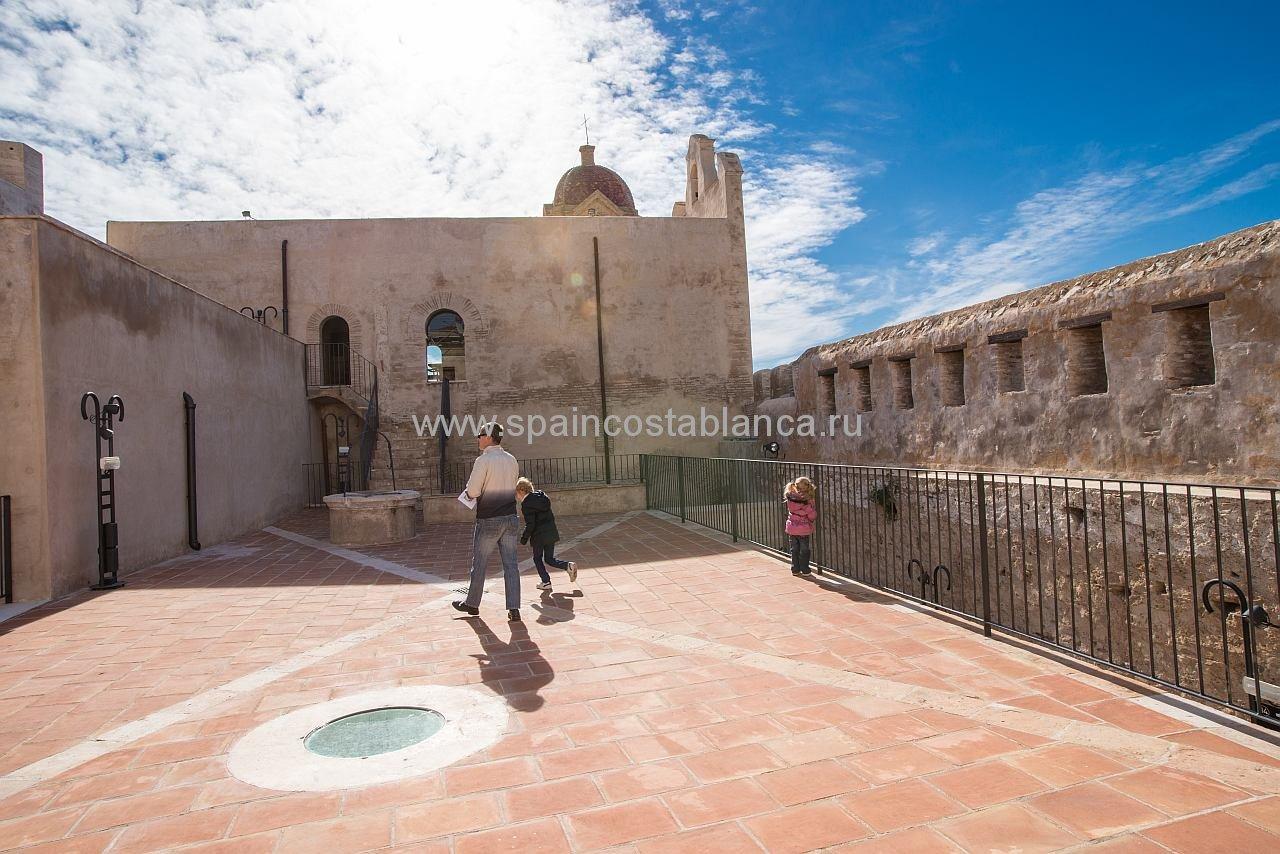 Средневековый замок Cullera в Испании на Коста Бланка