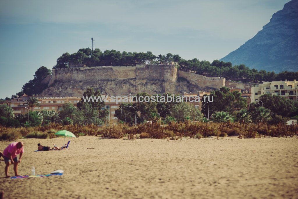 Старая крепость в Дении на средиземноморском побережье Испании
