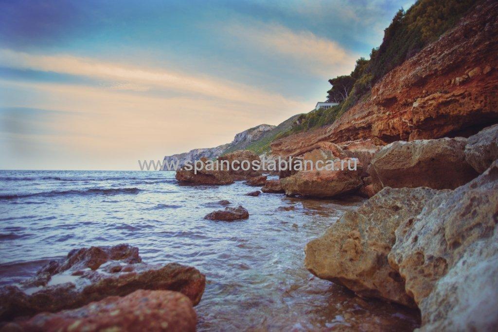 Скалистый пляж Лас Ротас в Дении, Испания