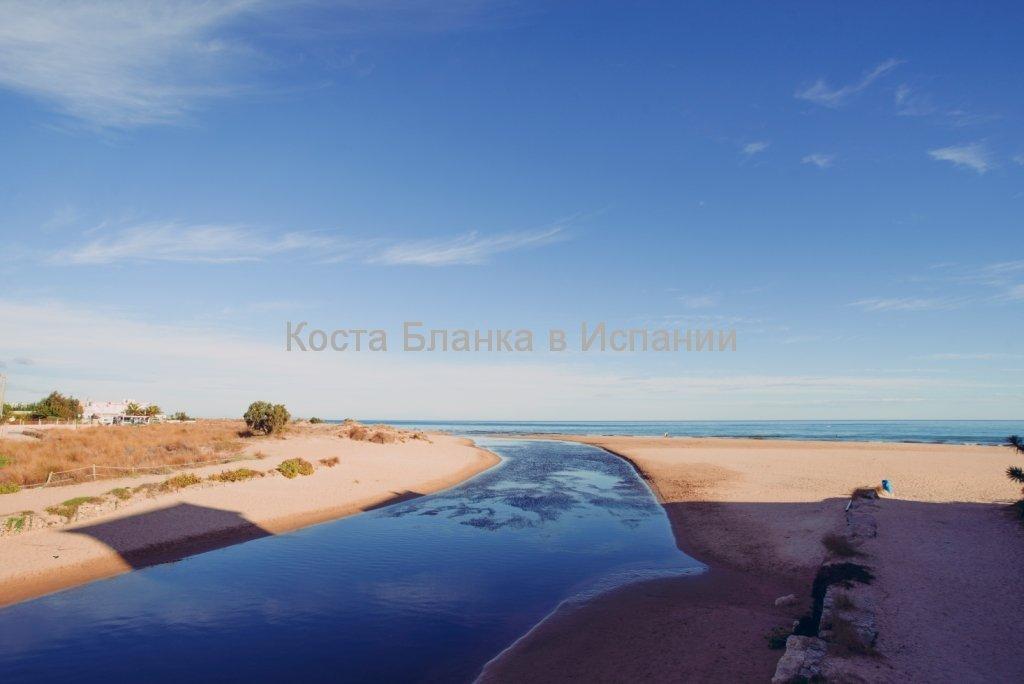 Пляж и устье реки Молинель на средиземноморском побережье Испании