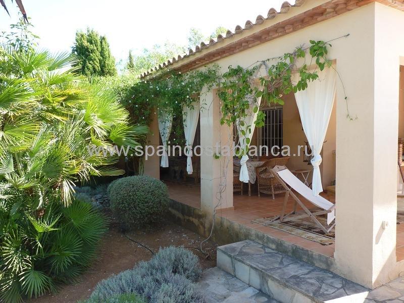 Крытая терраса виллы в Испании