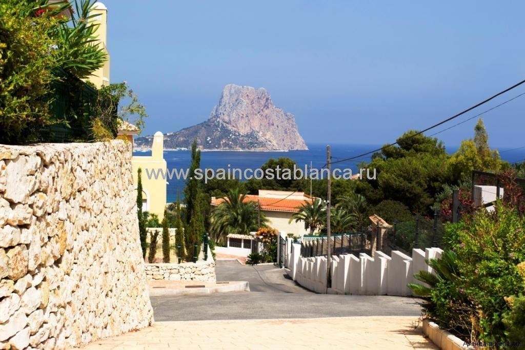 Вид с территории резиденции Монтесоль на море и мыс Ифач, Кальпе, Испания