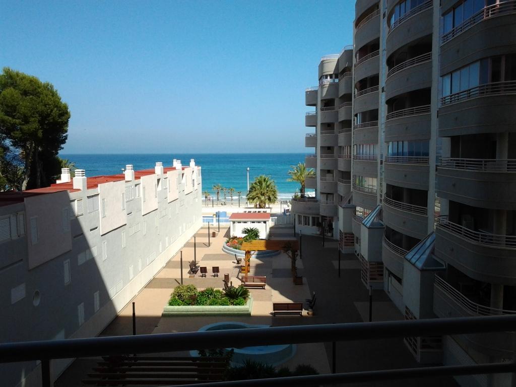 Вид на Средиземное море с балкона апартаментов в Кальпе, Испания