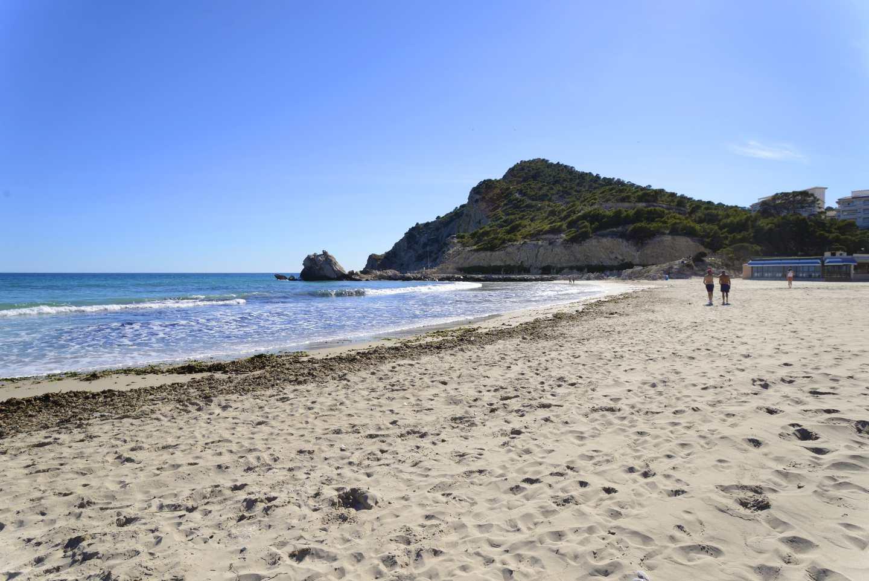 Пляж Ла Кала в Бенидорме, Испания